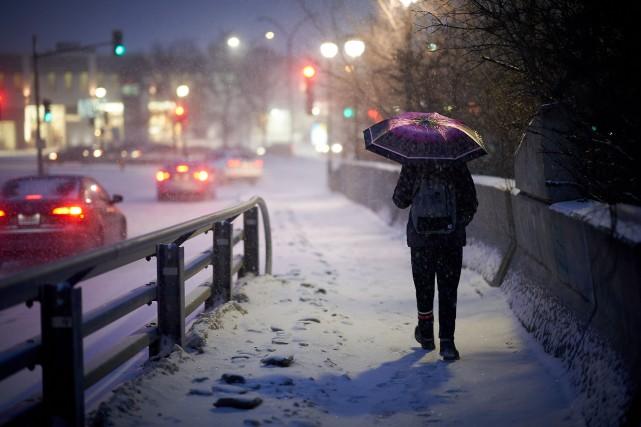 De premiers flocons de neige ont commencé à... (PHOTO ANDRÉ PICHETTE, LA PRESSE)