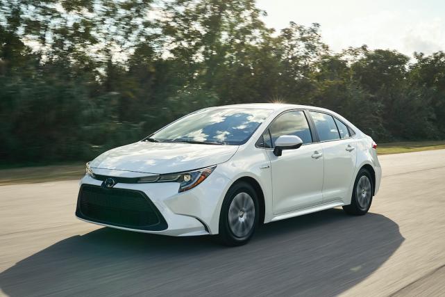 La Toyota Corolla hybride (ci-haut) consomme aussi peu... (Photo Toyota)