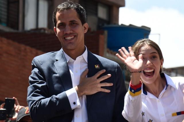Juan Guaido et sa femme Fabiana Rosales saluent... (PHOTO AFP)