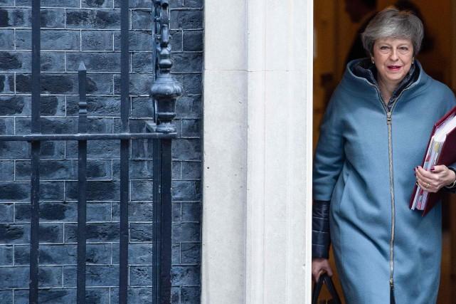 Brexit: trois députés larguent Theresa May