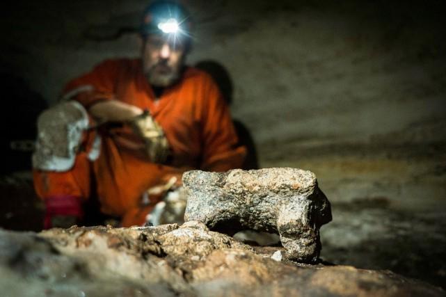 L'archéologue Guillermo de Anda pose dans la grotte... (PHOTO AP)
