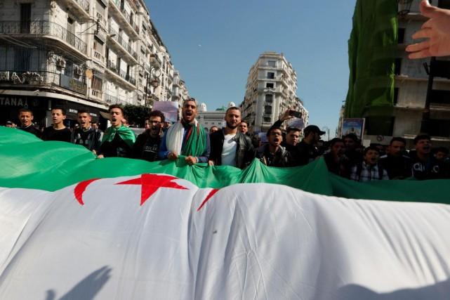 «Les manifestants ont repris la rue hier pour... (PHOTO REUTERS)