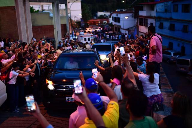Un convoi transportant l'opposant Juan Guaidó est salué... (PHOTO AFP)