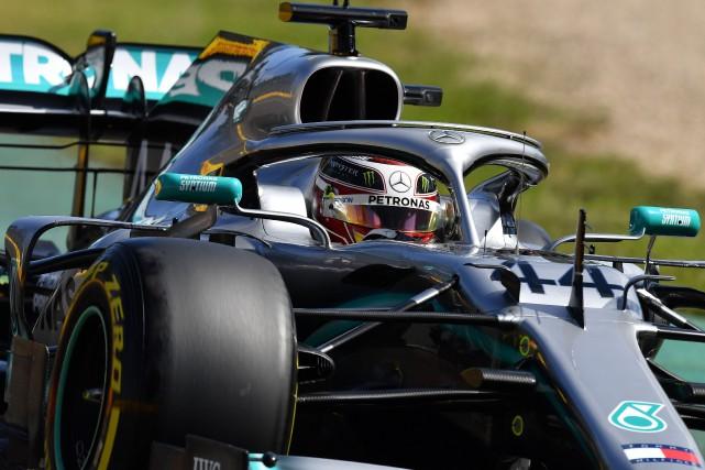 Lewis Hamilton au volant de sa Mercedes... (PHOTO PETER PARKS, AGENCE FRANCE-PRESSE)
