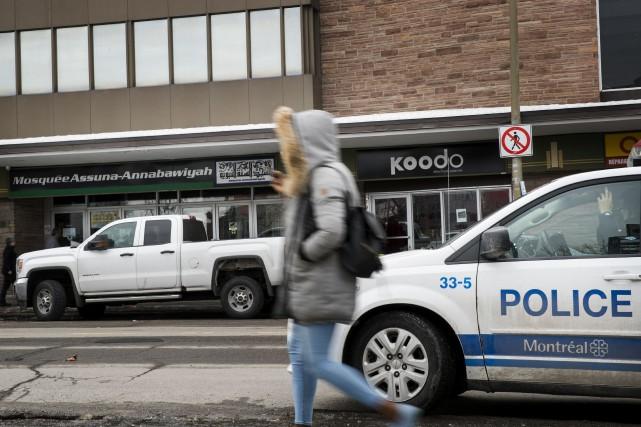 Des policiers du SPVM étaient présents vendredi devant... (PHOTO MARCO CAMPANOZZI, LA PRESSE)