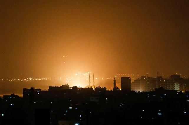 Les explosions ont retenti toute la nuit à... (PHOTO MAHMUD HAMS, AFP)