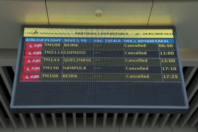 Dès jeudi matin, les compagnies aériennes avaient annulé... (PHOTO EMIDIO JOSINE, AFP)