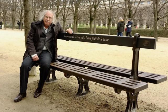Michel Goulet et sa nouvelle oeuvre, Dentelles d'éternité,... (PHOTO JEAN-CHRISTOPHE LAURENCE, LA PRESSE)