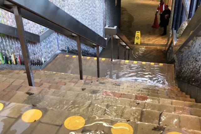 Fuite d'eau: un édicule menant à la station Champ-de-Mars fermé