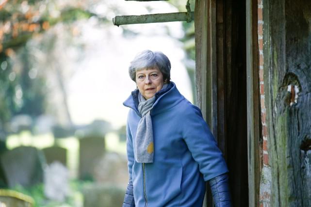 Brexit: menacée d'être évincée, May hésite sur sa stratégie