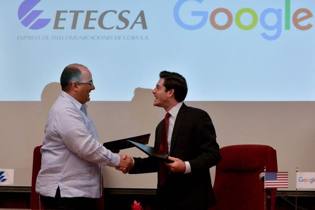Adolfo Iglesias, directeur des investissements à Etecsa et... (PHOTO YAMIL LAGE, AFP)