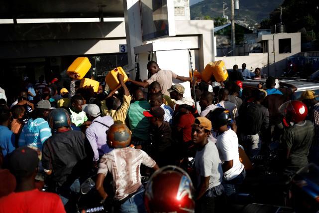 Bidons en main, des dizaines de chauffeurs de... (PHOTO ANDRES MARTINEZ CASARES, REUTERS)