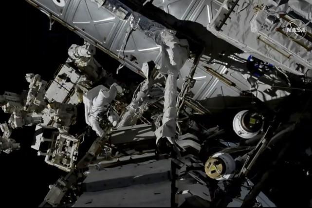 Le travail de David Saint-Jacques à l'extérieur de la SSI diffusé par la NASA