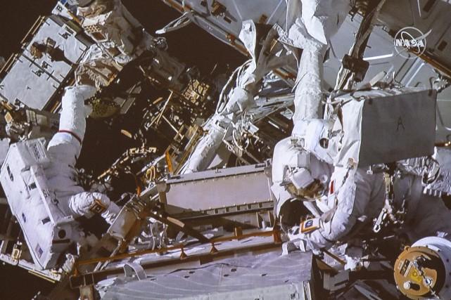 L'astronaute canadien David Saint-Jacques (à droite) et sa... (PHOTO RYAN REMIORZ, LA PRESSE CANADIENNE)