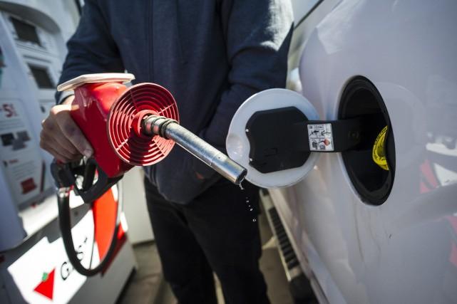 Les automobilistes ontariens pourraient bientôt voir sur les pompes à essence... (PHOTO CHRISTOPHER KATSAROV, PC)