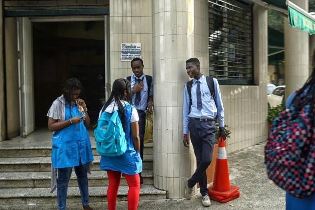 De jeunes Sénégalais socialisent à la sortie de... (PHOTOSAMUEL ARANDA, ARCHIVES THE NEW YORK TIMES)