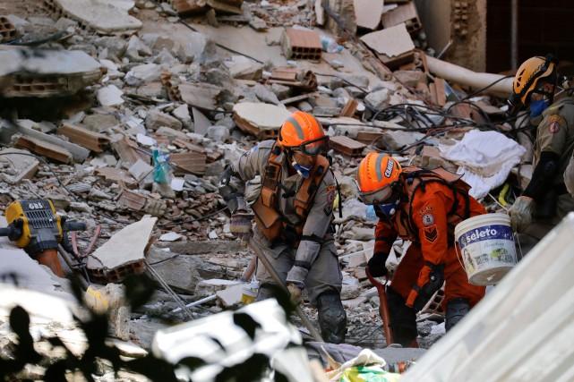 Les équipes de secours espèrent toujours retrouver des survivants dans les... (PHOTO LEO CORREA, AP)