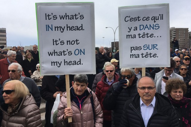 Les manifestants s'opposent à l'interdiction de port de... (PHOTO ROBERT SKINNER, LA PRESSE)