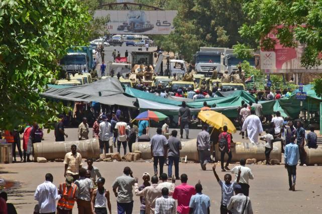 La destitution jeudi par l'armée du président Omar... (PHOTO AHMED MUSTAFA, AFP)