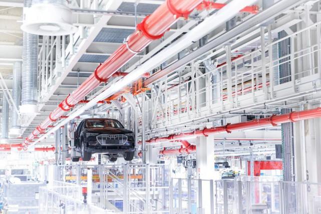 Une Audi etron sur la chaîne de montage....