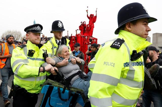 Des arrestations ont été menées sur le pont... (PHOTO REUTERS)