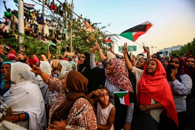 Dans la capitale, des milliers de personnes sont... (PHOTO AFP)