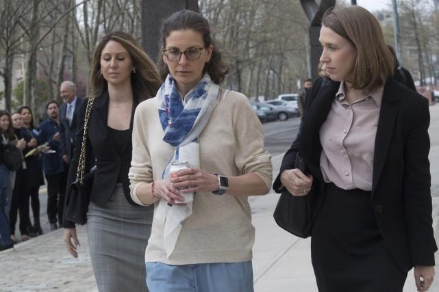 Clare Bronfman (au centre) a plaidé coupable devant... (PHOTO MARYALTAFFER, AP)