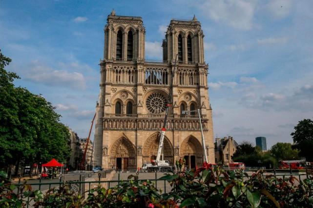 La cathédrale Notre-Dame de Paris trois jours après... (PHOTO MICHELEULER, AGENCE FRANCE-PRESSE)