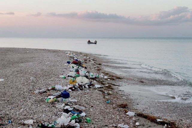 Sur une plage de Lesbos, en mer Egée, des étudiants grecs, enfoncés dans l'eau... (ARCHIVES PC)