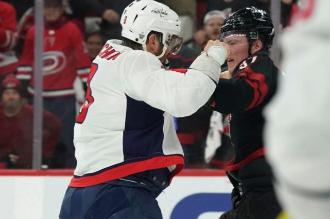 Alex Ovechkin et Andrei Svechnikov se sont battus,... (PHOTOJAMES GUILLORY, USA TODAY SPORTS)