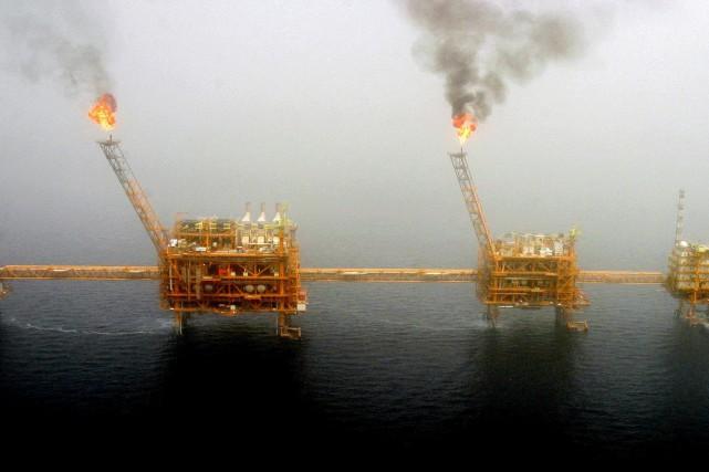 Une plateforme pétrolière dans le golfe Persique, au... (PHOTO RAHEB HOMAVANDI, ARCHIVES REUTERS)