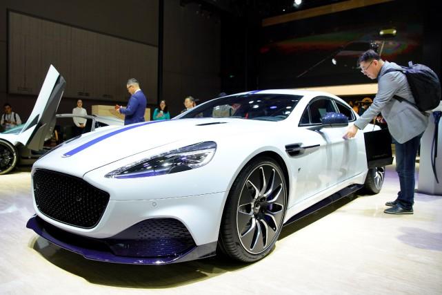 Un visiteur touche l'Aston Martin Rapide E au... (PHOTO ALY SONG, REUTERS)