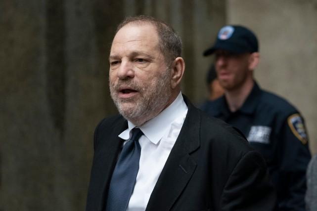 Harvey Weinstein à sa sortie du palais de... (PHOTO DON EMMERT, AFP)