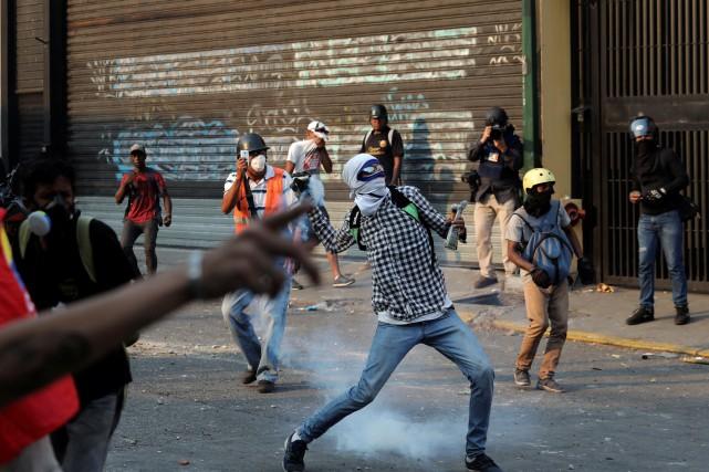 Des échauffourées opposaient mardi les forces de l'ordre... (PHOTO STRINGER, REUTERS)