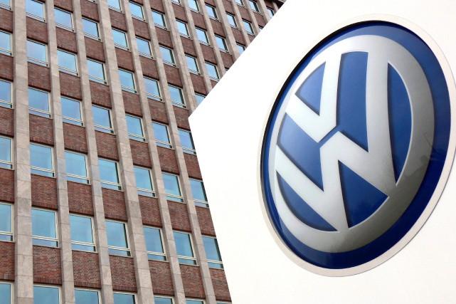 L'emblême de Volkswagen devant un bâtiment du siège... (PHOTO MICHAEL SOHN, ASSOCIATED PRESS)