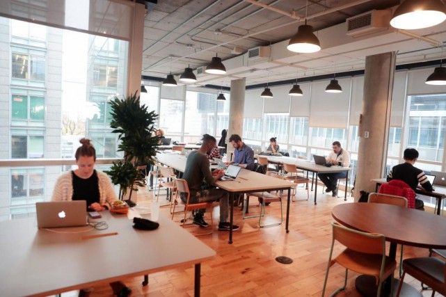 Fondée à New York en 2010, WeWork loue... (PHOTO MARTIN CHAMBERLAND, ARCHIVES LA PRESSE)