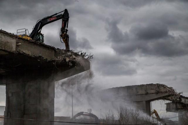 Hissées au sommet des structures pardes grues, les... (PHOTO MARTIN TREMBLAY, LA PRESSE)