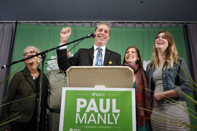 Paul Manly célébrait sa victoire lundi soir à... (PHOTO PC)