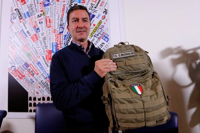 Caio Giulio Cesare Mussolini brandit son sac à... (PHOTO REUTERS)