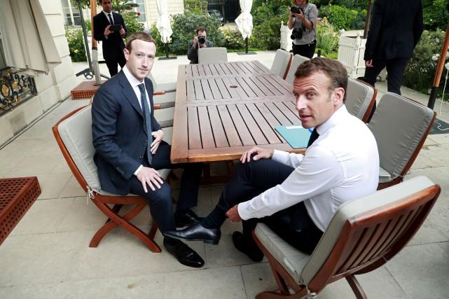 Mark Zuckerberg et Emmanuel Macron à l'Élysée le... (PHOTO POOL NEW, EPA-EFE)