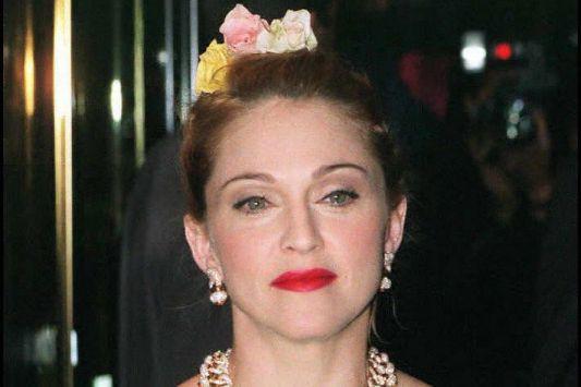 La chanteuse Madonna porte un chouchou fleuri.... (PHOTO NEIL MUNNS, ARCHIVES AGENCE FRANCE-PRESSE)