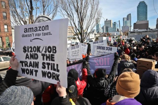 Des opposants à l'établissement du siège social d'Amazon... (PHOTOBEBETO MATTHEWS, ARCHIVES ASSOCIATED PRESS)
