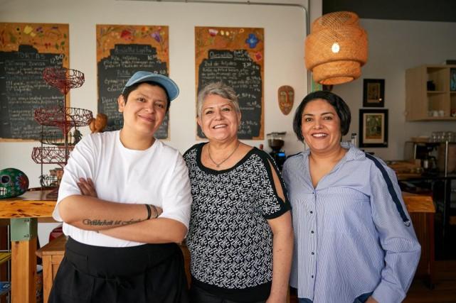 Maria LupitaGonzalez, entourée de ses filles Sandra et... (PHOTO ANDRÉ PICHETTE, LA PRESSE)