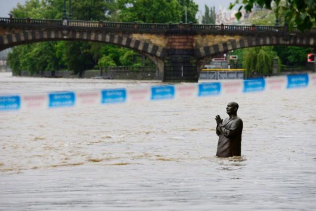Crue de la rivière Vltava, au cœur de... (PHOTOROMAN VONDROUS, ARCHIVESCTK/ASSOCIATED PRESS)