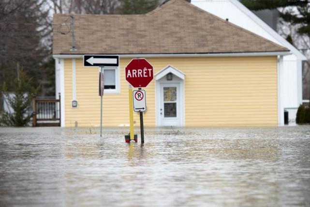 À Gatineau, les niveaux d'eau de la rivière... (PHOTO JUSTINTANG, ARCHIVES LA PRESSE CANADIENNE)
