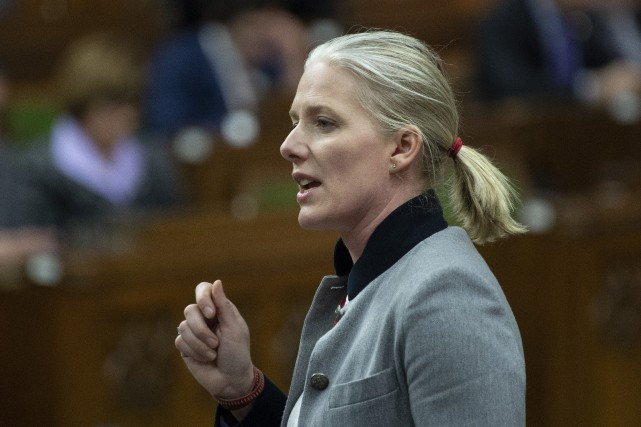 La ministre Catherine McKenna fait d'une pierre trois... (PHOTO ADRIAN WYLD, LA PRESSE CANADIENNE)
