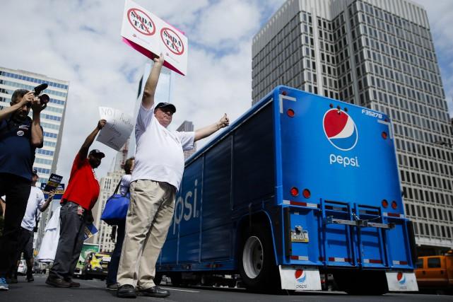 Un manifestant dénonce le projet de taxe devant... (PHOTO AP)