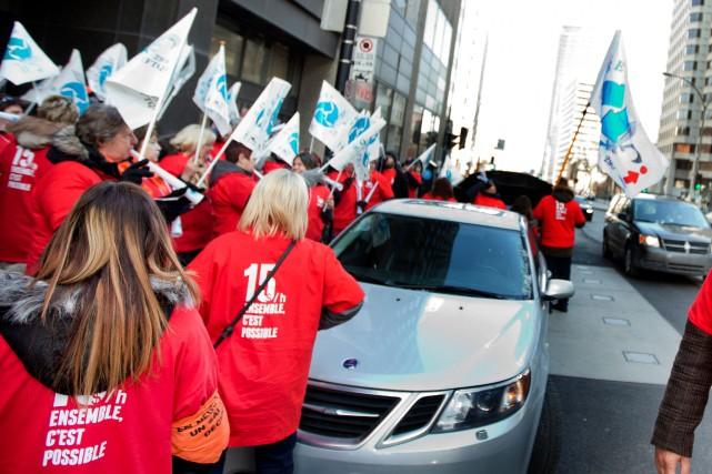 Une manifestation pour un salaire à 15$/h avait... (PHOTO MARCO CAMPANOZZI, ARCHIVES LA PRESSE)