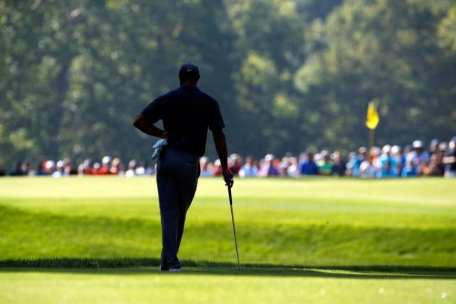 Tiger Woods observe l'allée du 14etrou avant de... (PHOTO ARCHIVES ASSOCIATED PRESS)