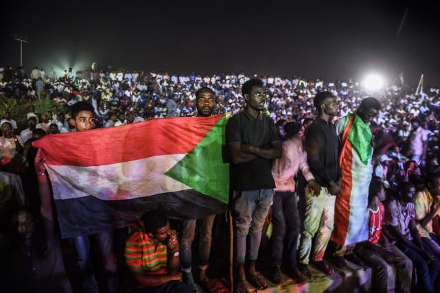 Lundi, après des violences autour des barricades qui... (PHOTO MOHAMED EL-SHAHED, AFP)